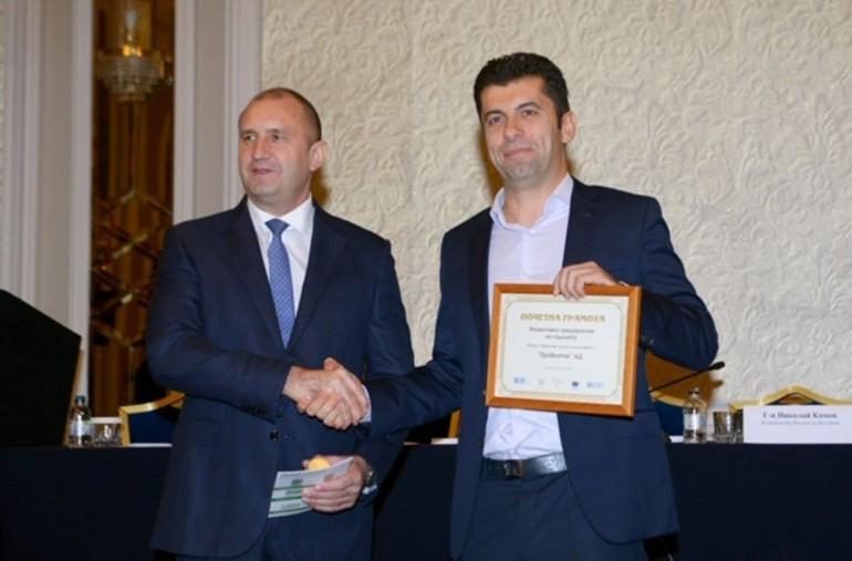 Румен Радев награждава Кирил Петков