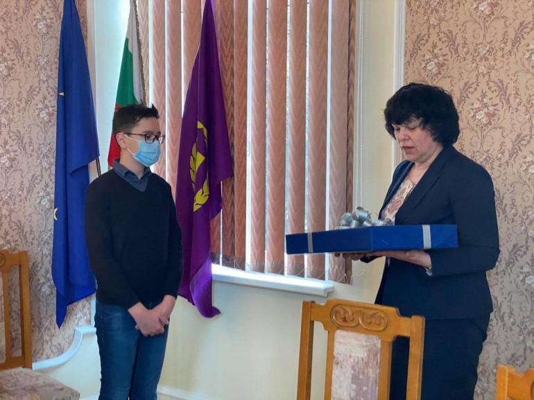 Михайлова награждава ученика Николай Борисов