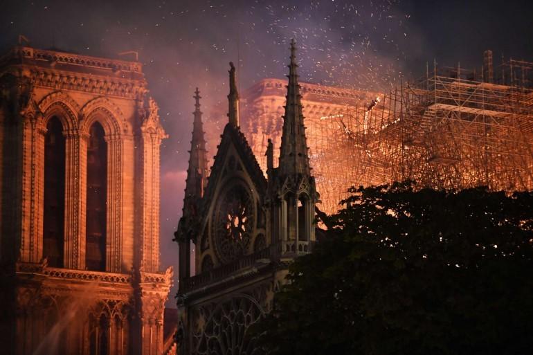 """Пожар изпепели катедралата """"Нотр Дам"""" в Париж"""